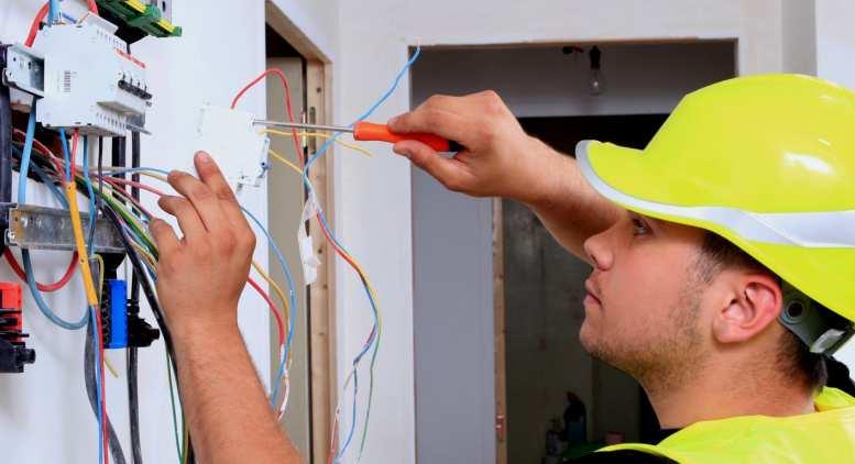 Zümrüt Evler Mallasinde Elektrikçi Ustası Sigorta Arızasını Yapıyor.